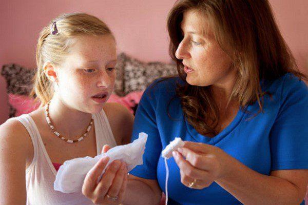 мама должна помочь правильно подобрать средства гигиены во время месячных