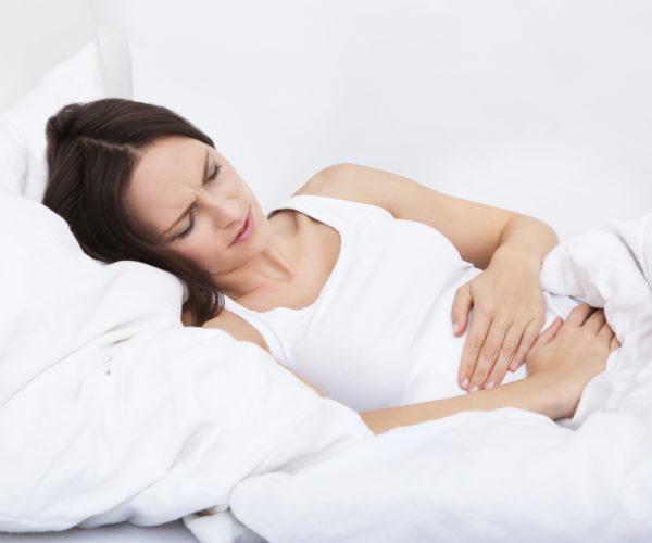 женщина болит живот