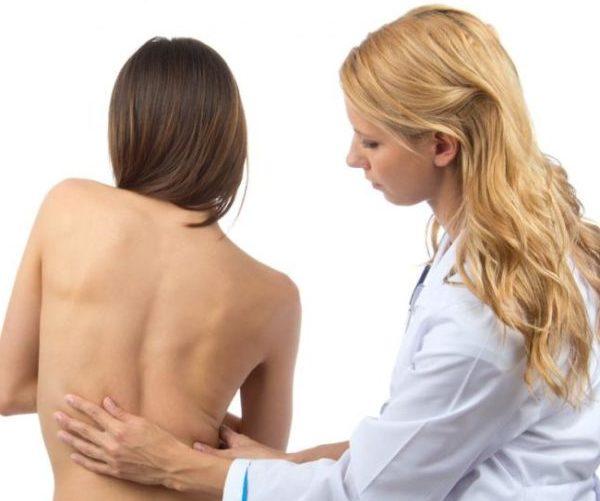 Болит спина женщина врач