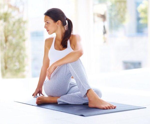 Женщина делает гимнастику для спины