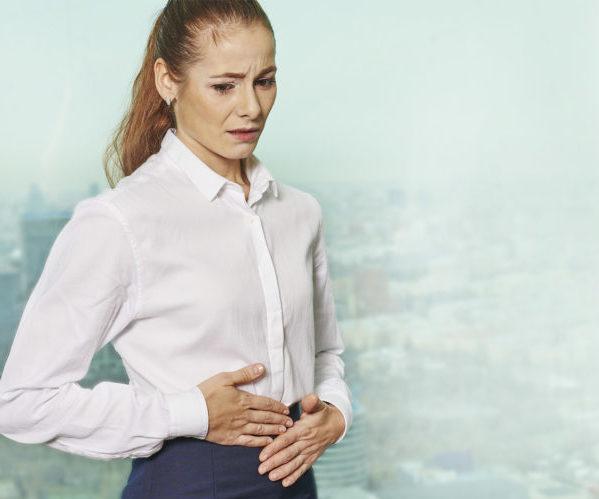 Женщина болит кишечник