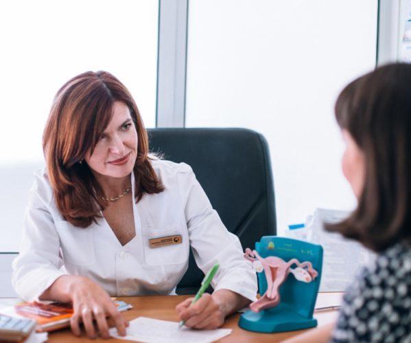Женщина разговаривает с гинекологом