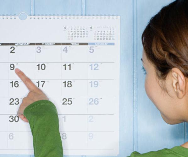 Девушка смотрит календарь