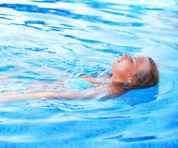 Женщина плавает