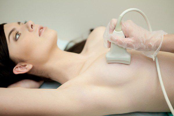 при боли в груди и задержки месячных, необходимо обратиться к специалисту и обследоваться