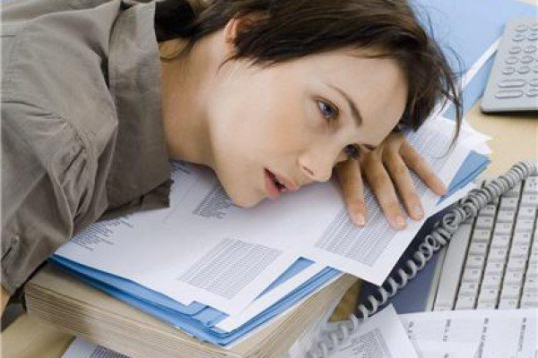 причиной задержки месячных может стать психологическое перенапряжение