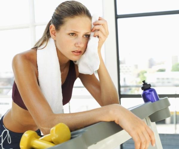 женщина устала занимается спортом