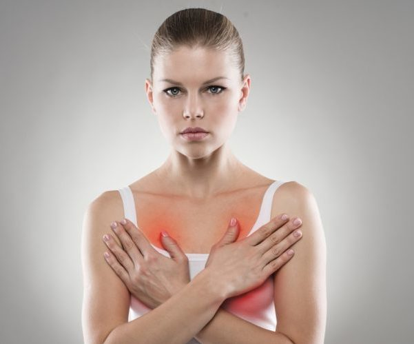 У женщины болит грудь