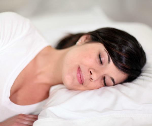Женщина спит