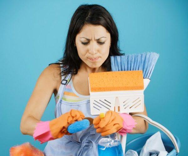 Женщина устала заниматься уборкой