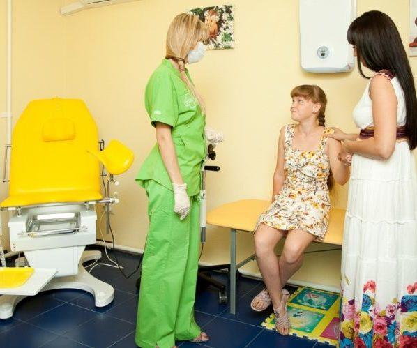 Девочка с матерью у врача