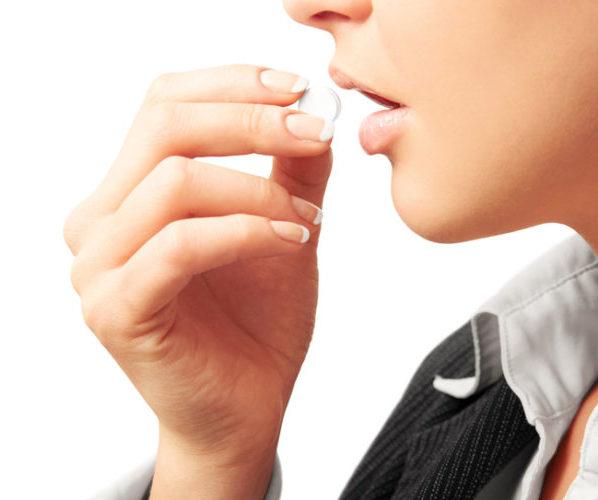 Женщина пьет оральные контрацептивы