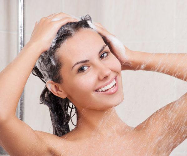 Женщина принимает душ