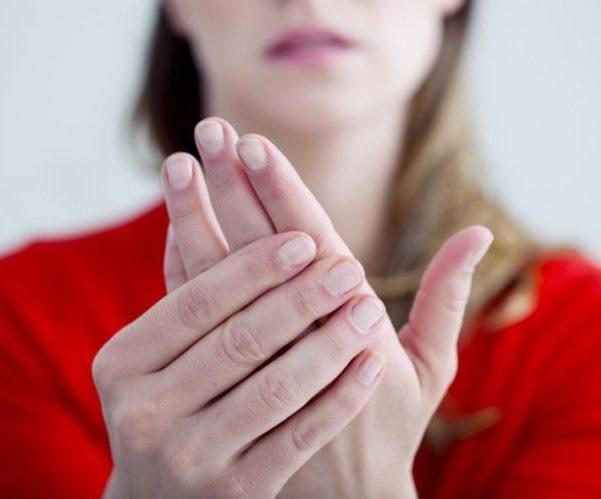 Женщина распухают пальцы