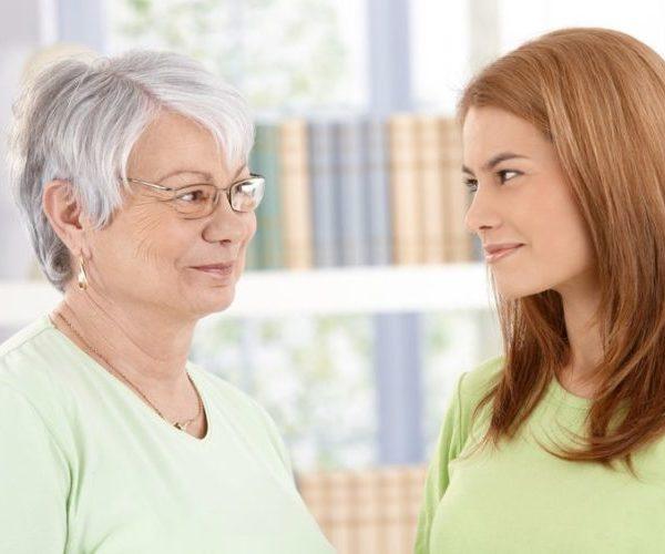 Девушка разговаривает с мамой