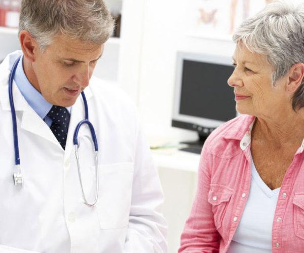 Пожилая женщина у врача
