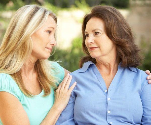 Женщина жалеет подругу