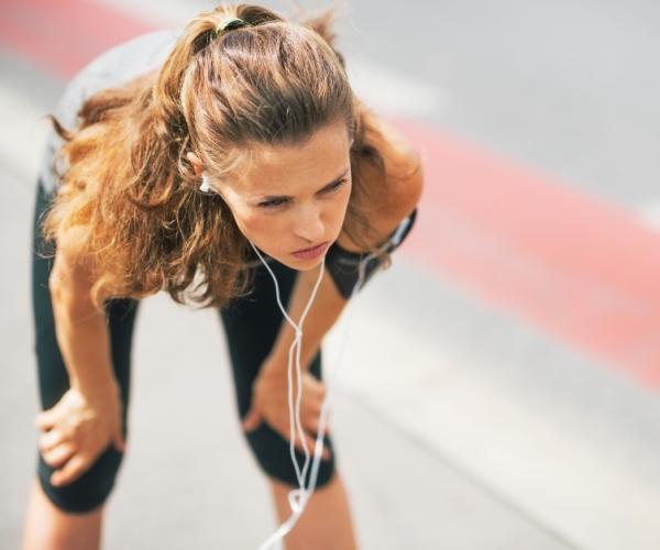 Женщина устала на тренировке