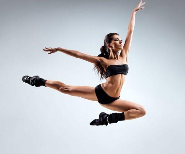 Женщина занимается танцами